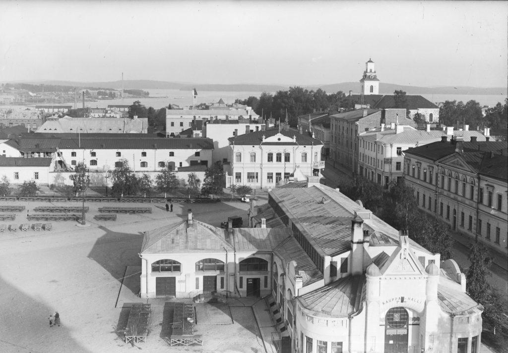 Näkymä hotelli Atlaksen ikkunasta kohti Kuopion toria ja kauppahallia. Kuvaaja Lauri Marjanen vuonna 1930-1933.